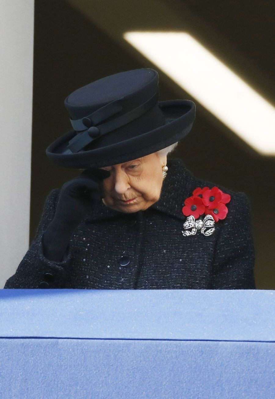 La reine Elizabeth II essuie son oeil