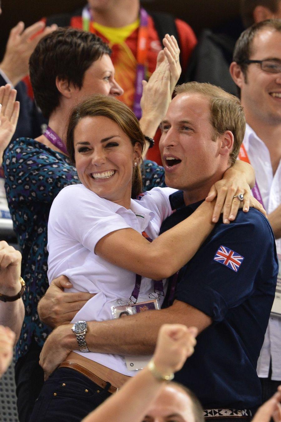 Si Kate et William se permettent une telle proximité en public, c'est pour célébrer une victoire anglaise en cyclisme aux Jeux Olympiques de Londres, le 2 aout 2012.
