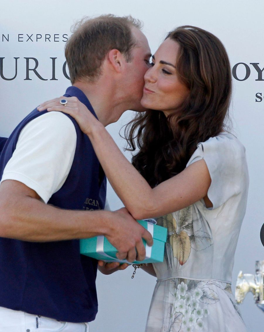 William et Kate échangent une chaste bise, après la victoire du prince lors d'un match de polo, à Santa Barbara en Californie, le 9 juillet 2011.