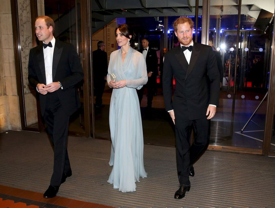 "Kate, William et Harry pour tenir la chandelle, lors de la première du dernier James Bond, ""Spectre"", au Royal Albert Hall de Londres, le 26 octobre 2015."
