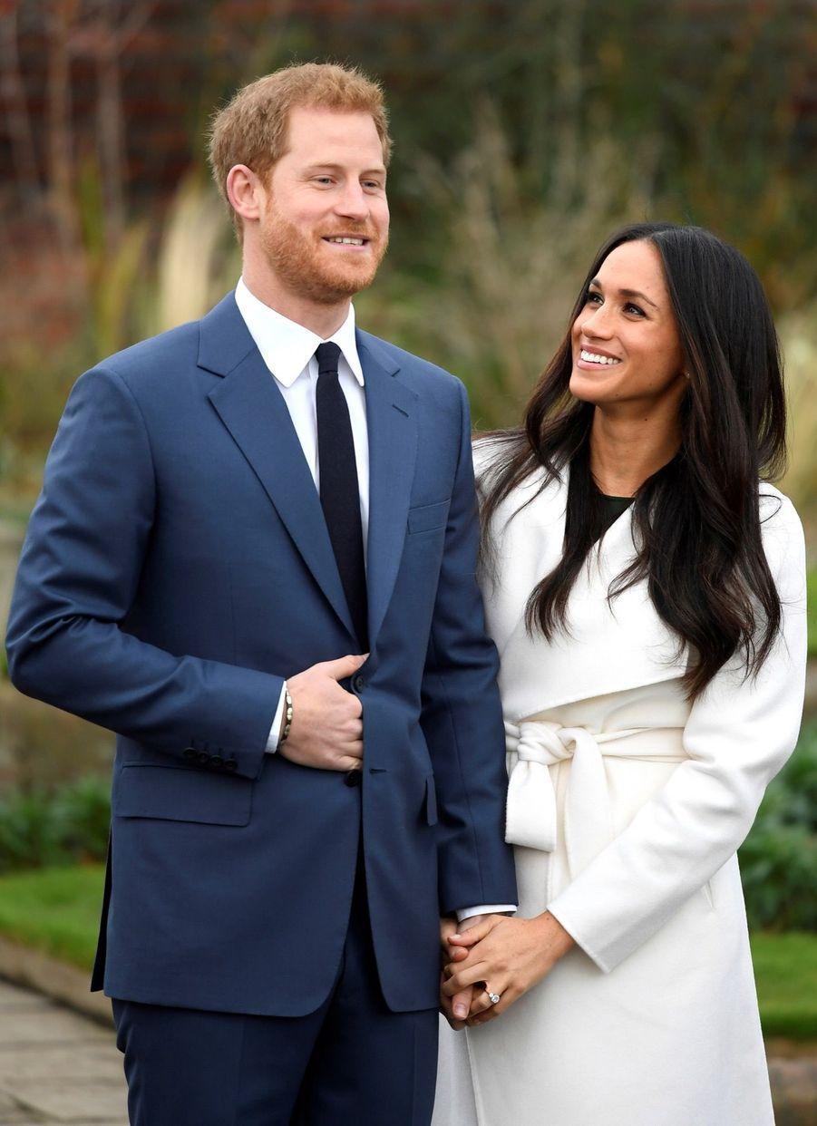 Harry et Meghan annoncent leurs fiançailles dans les jardins de Kensington palace à Londres, le 27 novembre 2017.