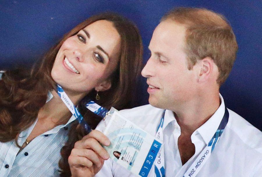 Kate et William s'amusent dans les tribunes des épreuves de natations des Jeux du Commonwealth à Glasgow, le 28 juillet 2014.