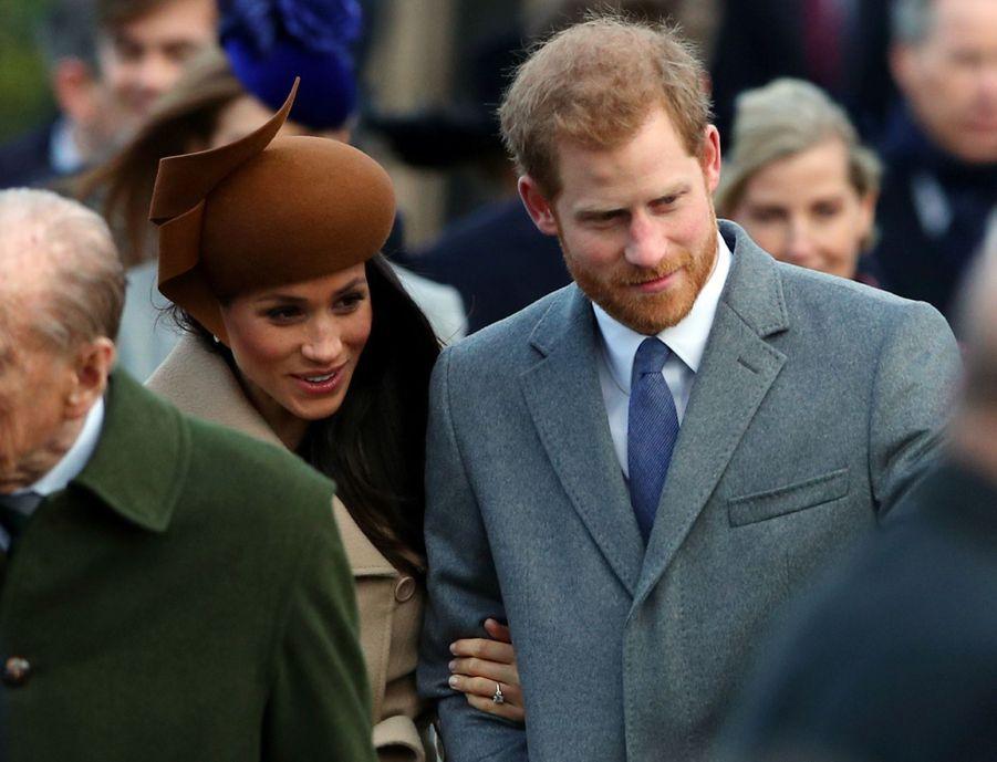 Meghan et Harry, bras dessus, bras dessous, lors de la traditionnelle promenade de la famille royale vers l'église St Mary Magdalene de Sandringham pour la messe de noël, le 25 décembre 2017.