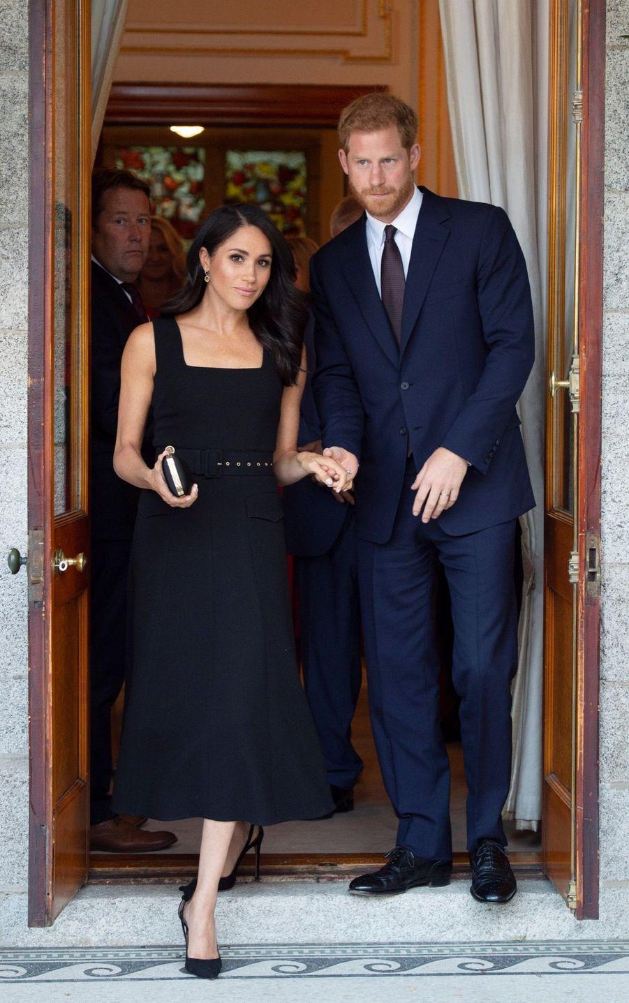 Meghan et Harry, main dans la main, à l'ambassade britannique à Dublin, en Irlande, le 10 juillet 2018.