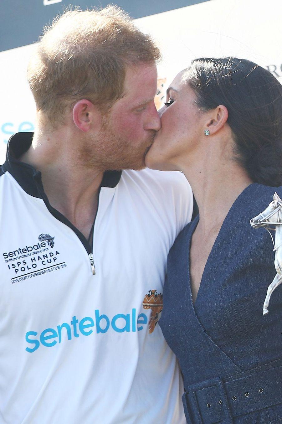 Meghan et Harry s'embrassent à pleine bouche, après la victoire du prince lors d'un match de polo, le 26 juillet 2018.