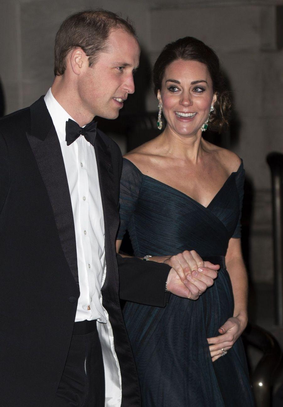 Kate et William, main dans la main, au dîner du 600e anniversaire de l'université de St Andrews, au Metropolitan Museum de New York, le 9 décembre 2014. Ce n'est pas un geste affectueux, mais pratique : Kate, alors enceinte de la petit Charlotte, doit descendre des marches humides en robe longue et talons hauts...