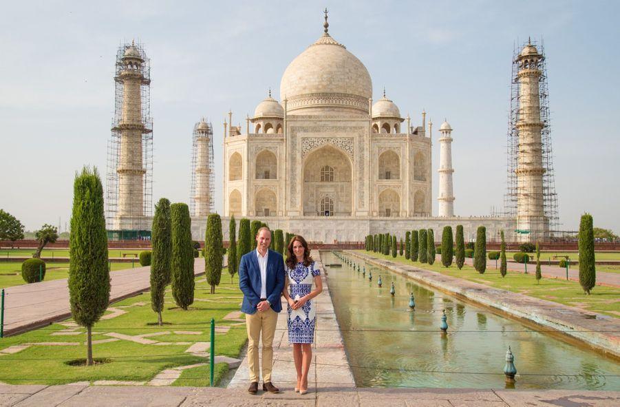 Même devant le temple de l'amour, le Taj Mahal qu'ils ont visité le 16 avril 2016, Kate et William sont restés bien sages.