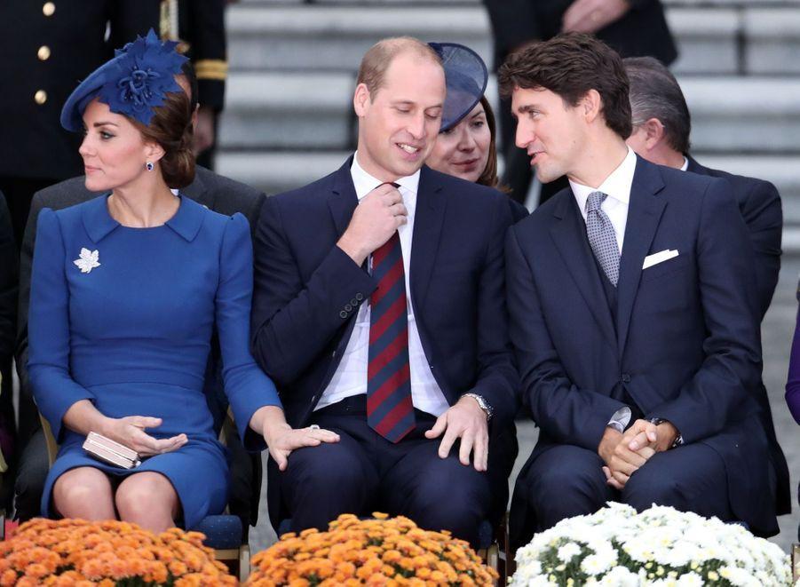 Malgré leur retenue, les Cambridge n'en restent pas moins un couple, et parfois, un geste doux passe entre les mailles de l'étiquette, comme cette main de Kate sur la jambe de William, lors de la cérémonie de bienvenue pour leur visite officielle au Canada, à Victoria le 24 septembre 2016.