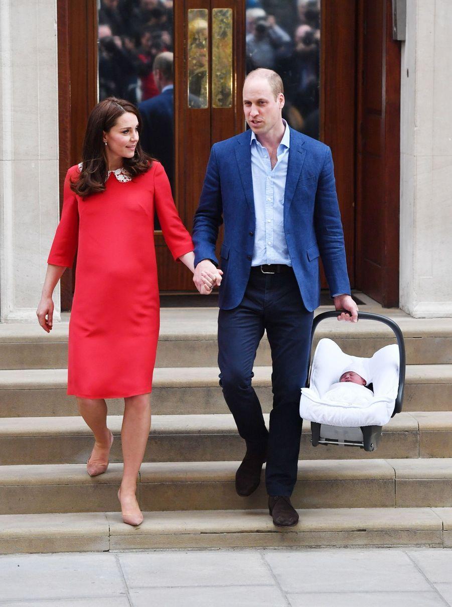 Kate et William, main dans la main, sortant de la maternité après la naissance de leur troisième enfant, le prince Louis, à Londres le 23 avril 2018.