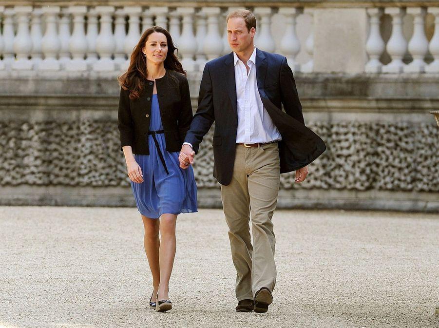 Kate et William, main dans la main, dans le jardin de Buckingham, le 30 avril 2011, au lendemain de leur mariage.