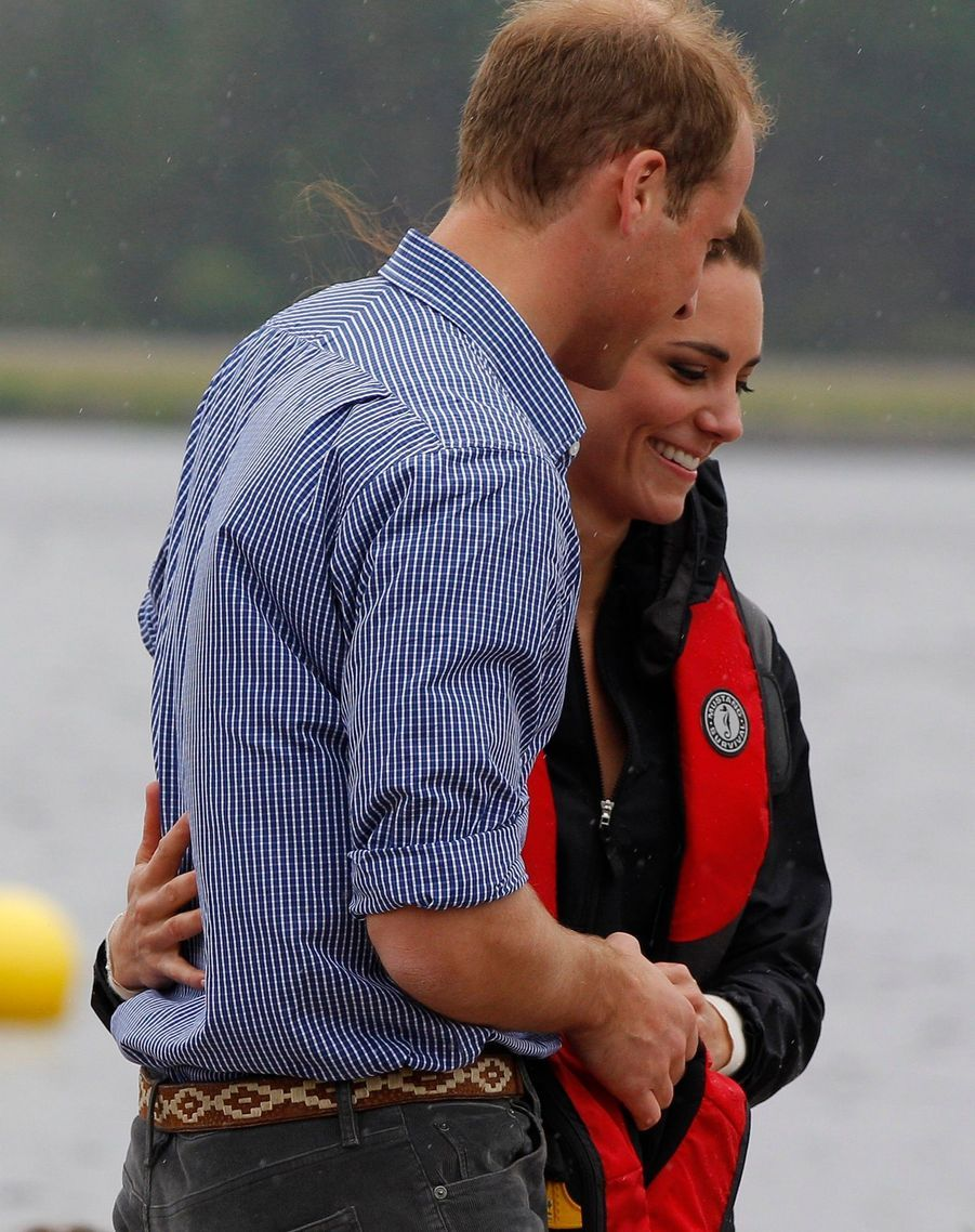 Kate et William, dans les bras l'un de l'autre, avant une course de bateau-dragon àDalvay-by-the-sea, au Canada, le 4 juillet 2011.