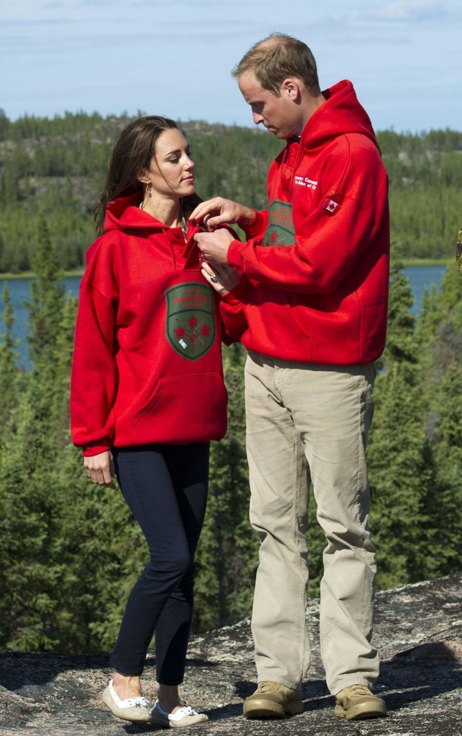 William aide Kate à enfiler son nouveau pull des Canadian Rangers, à Blatchford Lake au Canada, le 5 juillet 2011.