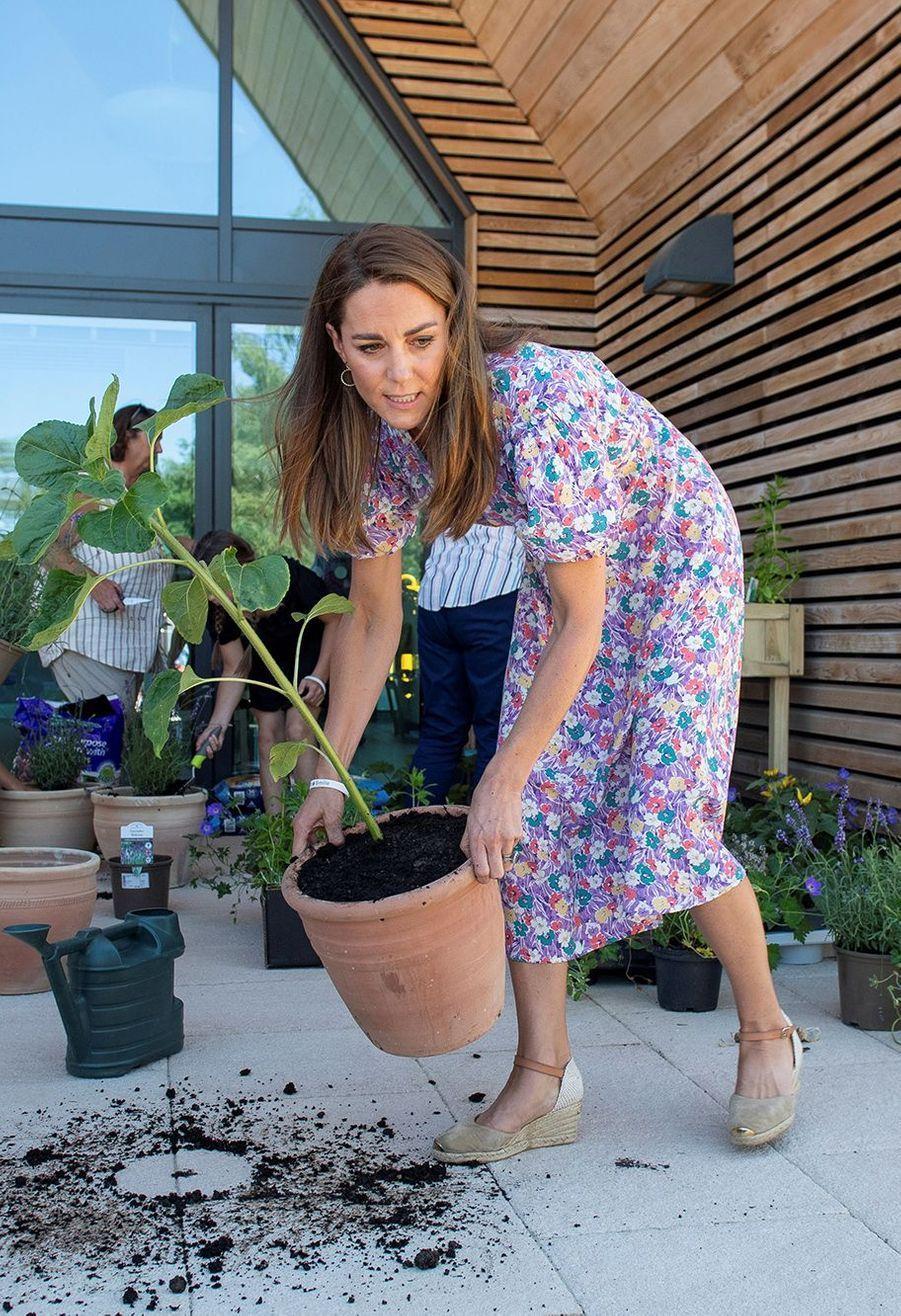 A l'occasion de la Children's Hospice Week, la Duchesse de Cambridge Kate Middleton a démontré qu'elle avait la main verte en plantant un arbre dans un établissement spécialisé.