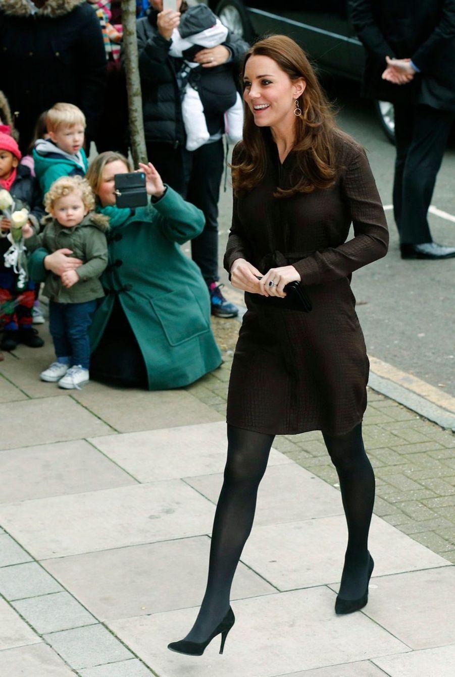 10 La Duchesse De Cambridge, Née Kate Middleton, En Visite Dans Une Association De Familles D'accueil
