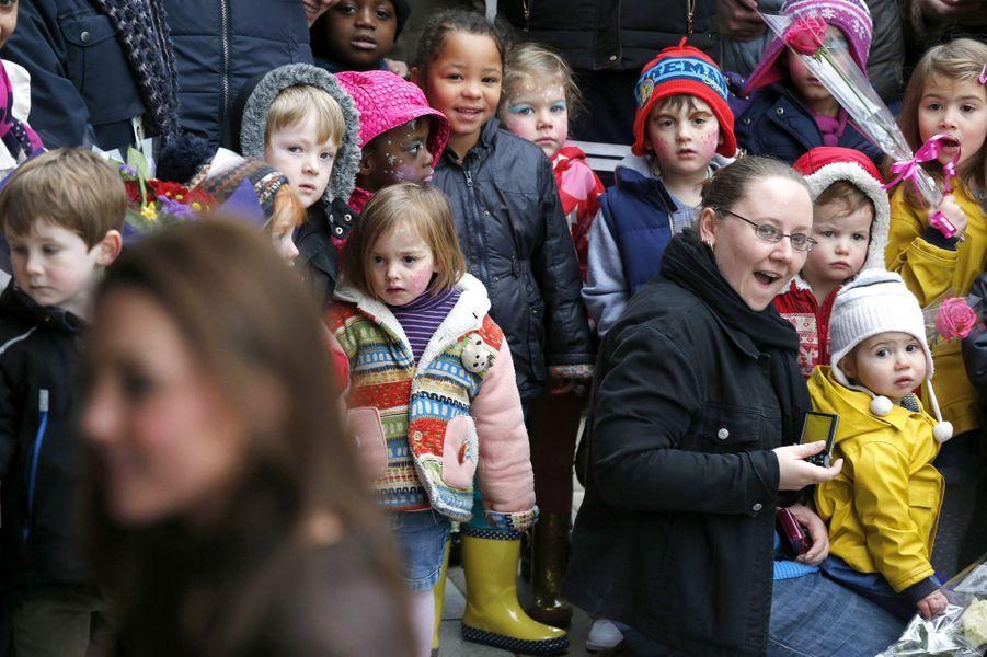 14 La Duchesse De Cambridge, Née Kate Middleton, En Visite Dans Une Association De Familles D'accueil