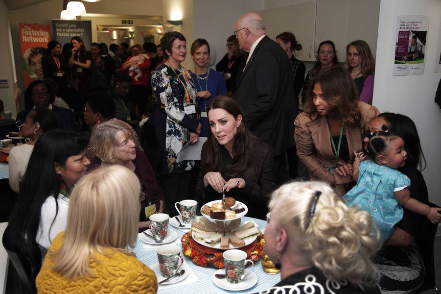 16 La Duchesse De Cambridge, Née Kate Middleton, En Visite Dans Une Association De Familles D'accueil