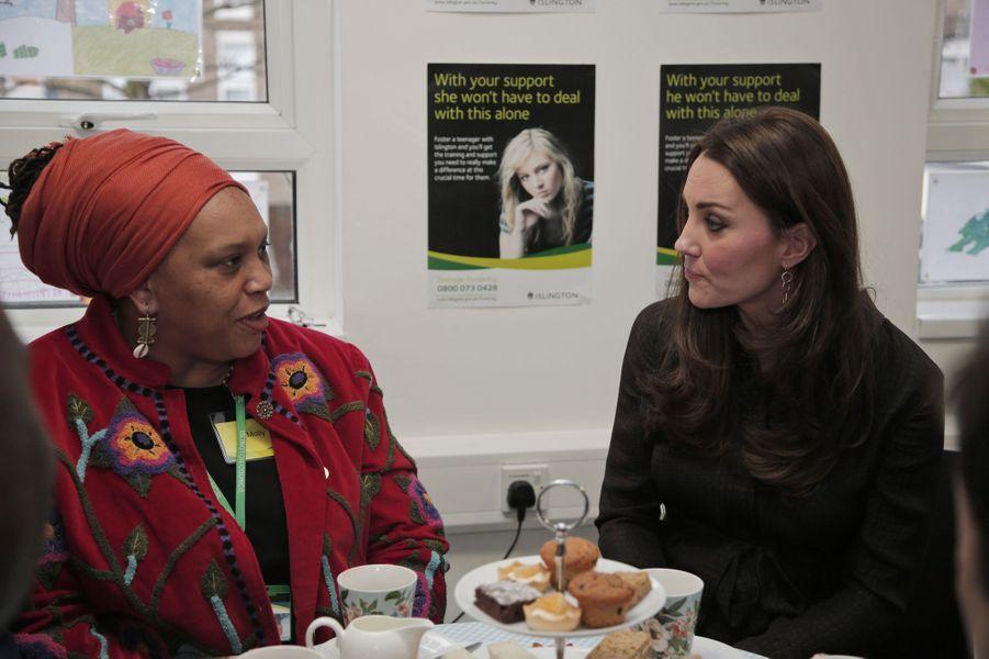 17 La Duchesse De Cambridge, Née Kate Middleton, En Visite Dans Une Association De Familles D'accueil