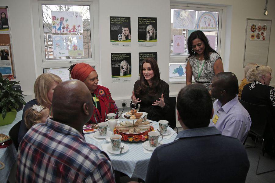 18 La Duchesse De Cambridge, Née Kate Middleton, En Visite Dans Une Association De Familles D'accueil