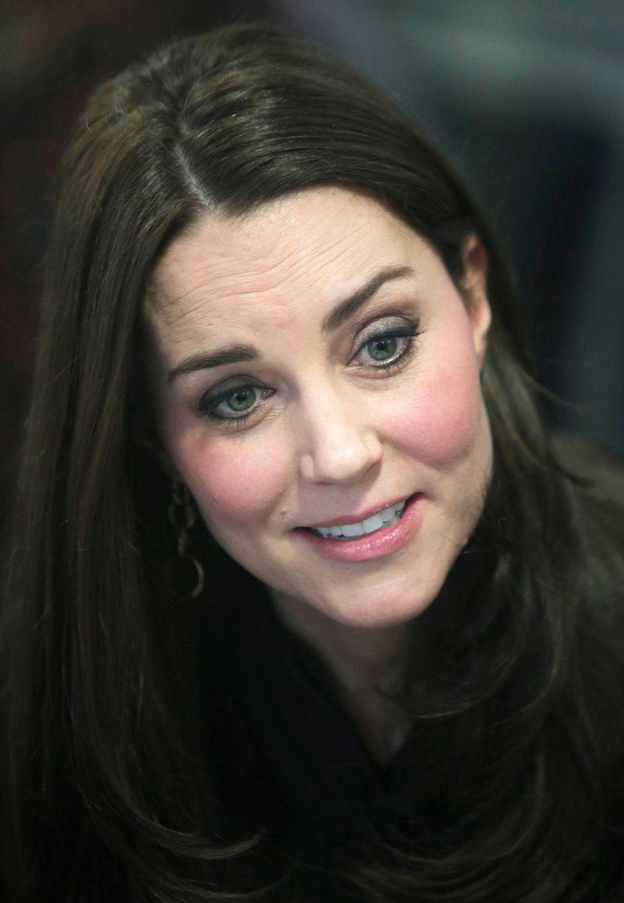 22 La Duchesse De Cambridge, Née Kate Middleton, En Visite Dans Une Association De Familles D'accueil