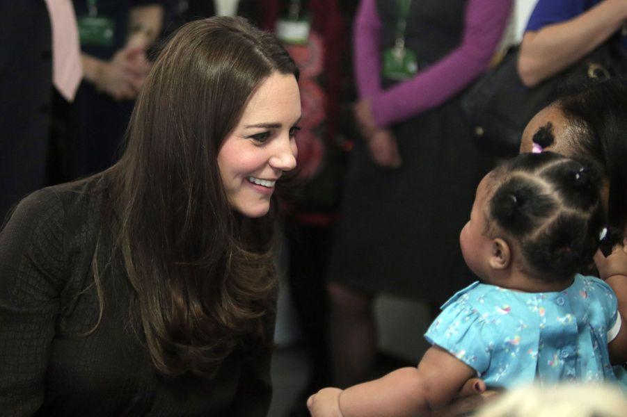 23 La Duchesse De Cambridge, Née Kate Middleton, En Visite Dans Une Association De Familles D'accueil