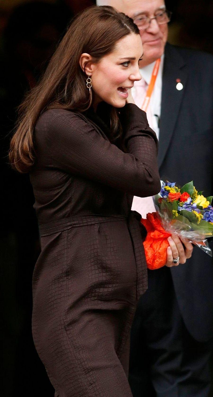 28 La Duchesse De Cambridge, Née Kate Middleton, En Visite Dans Une Association De Familles D'accueil