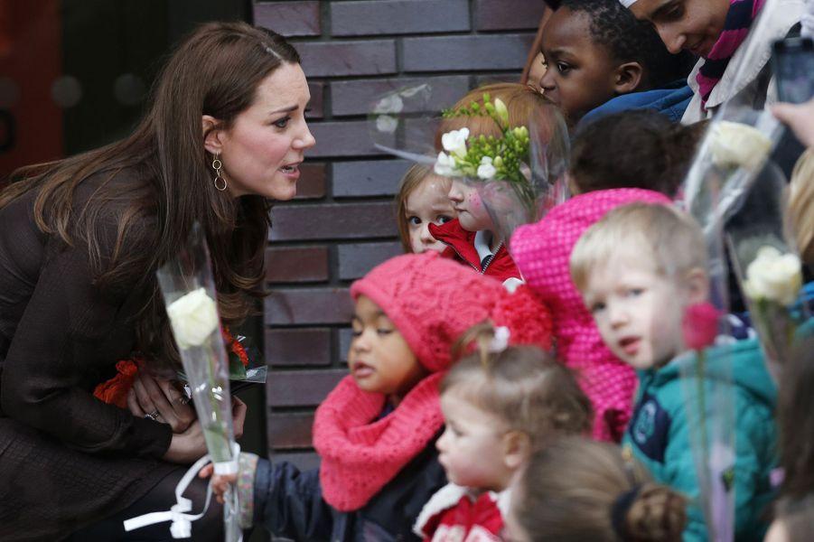 29 La Duchesse De Cambridge, Née Kate Middleton, En Visite Dans Une Association De Familles D'accueil