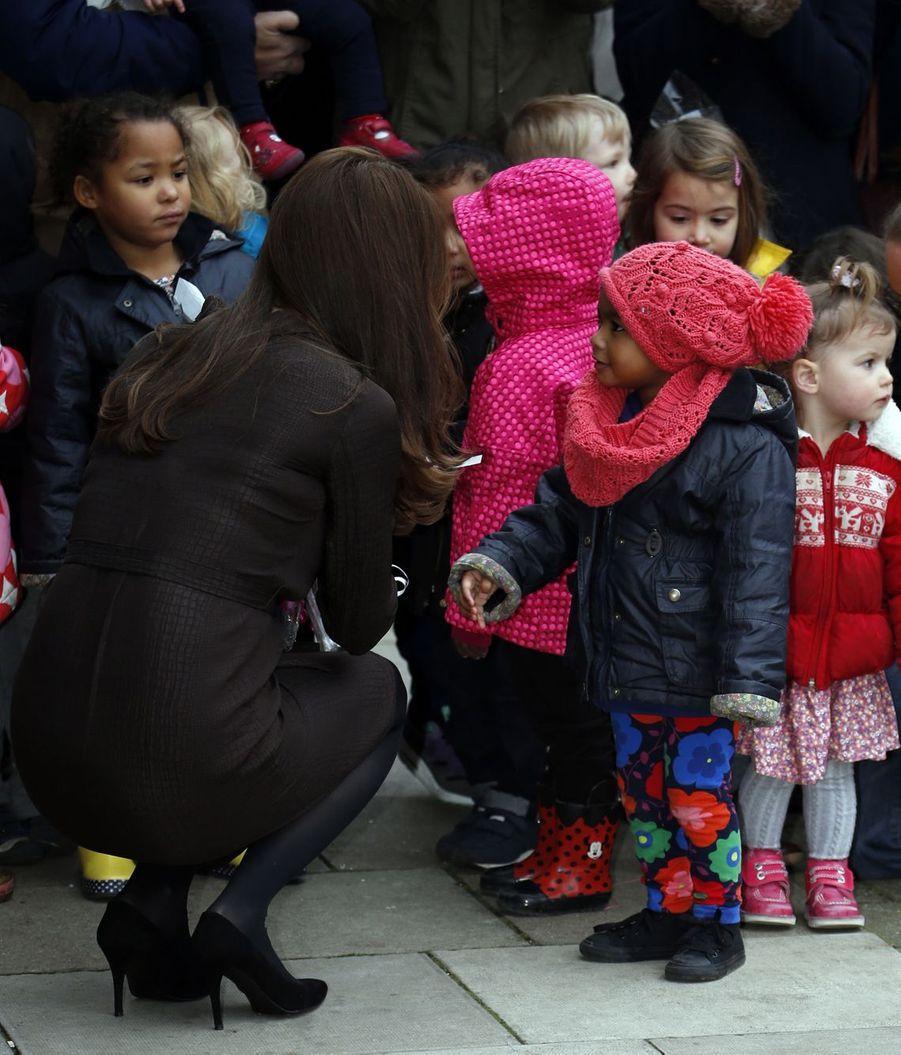 34 La Duchesse De Cambridge, Née Kate Middleton, En Visite Dans Une Association De Familles D'accueil