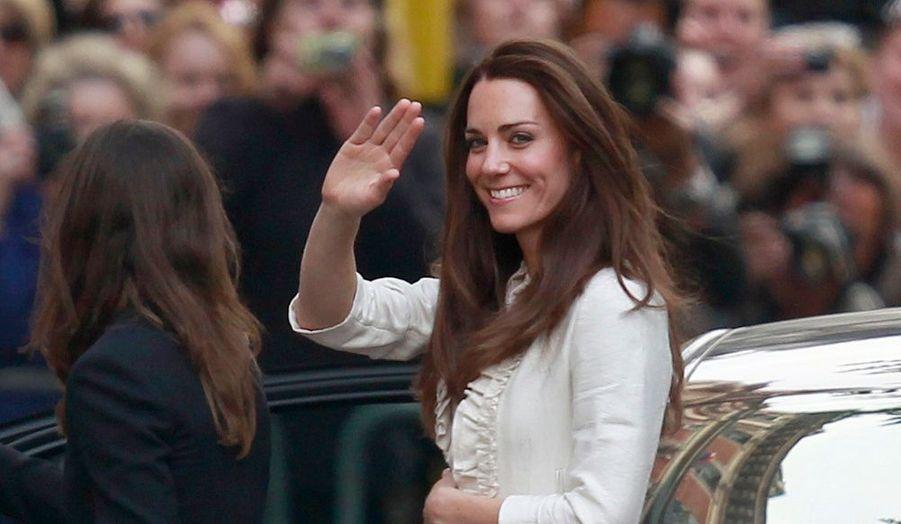 C'est peu avant six heures du soir, heure française, que Kate Middelton est arrivée à l'hôtel Goring où elle doit passer sa dernière nuit de célibataire avec sa famille.