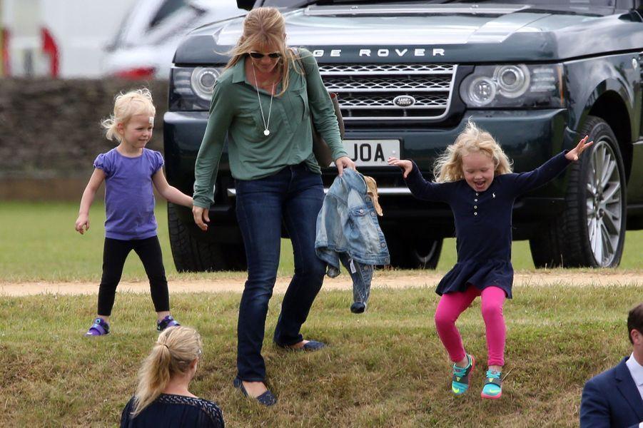 Autumn Phillips et ses filles Isla et Savannah à Tetbury, le 14 juin 2015