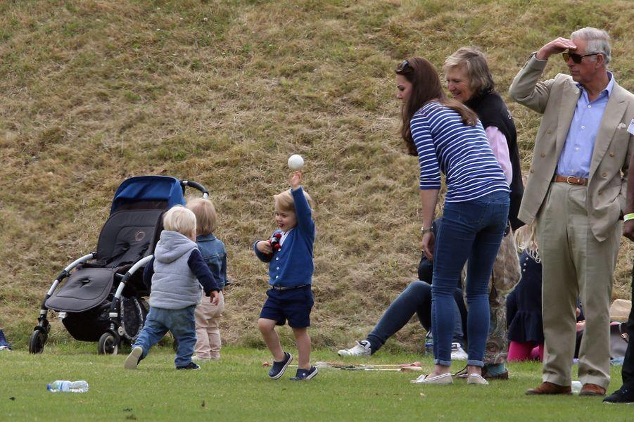 La duchesse Kate et le prince George avec le prince Charles à Tetbury, le 14 juin 2015