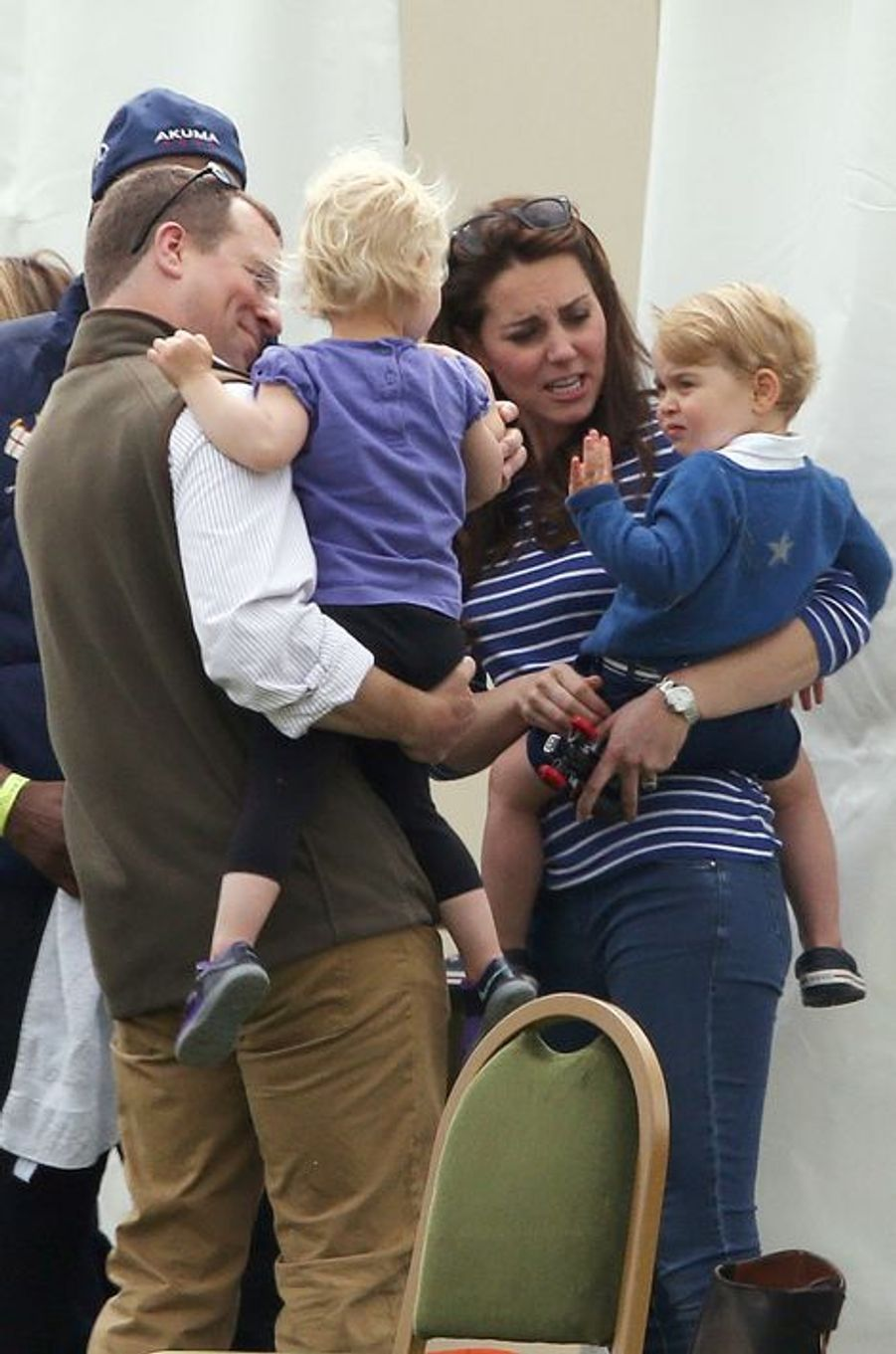 La duchesse Kate et le prince George avec Peter Phillips et sa fille Isla à Tetbury, le 14 juin 2015