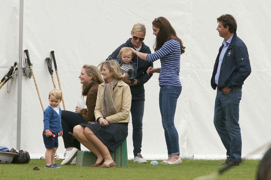 La duchesse Kate et le prince George avec Zara Phillips et sa fille Mia à Tetbury, le 14 juin 2015