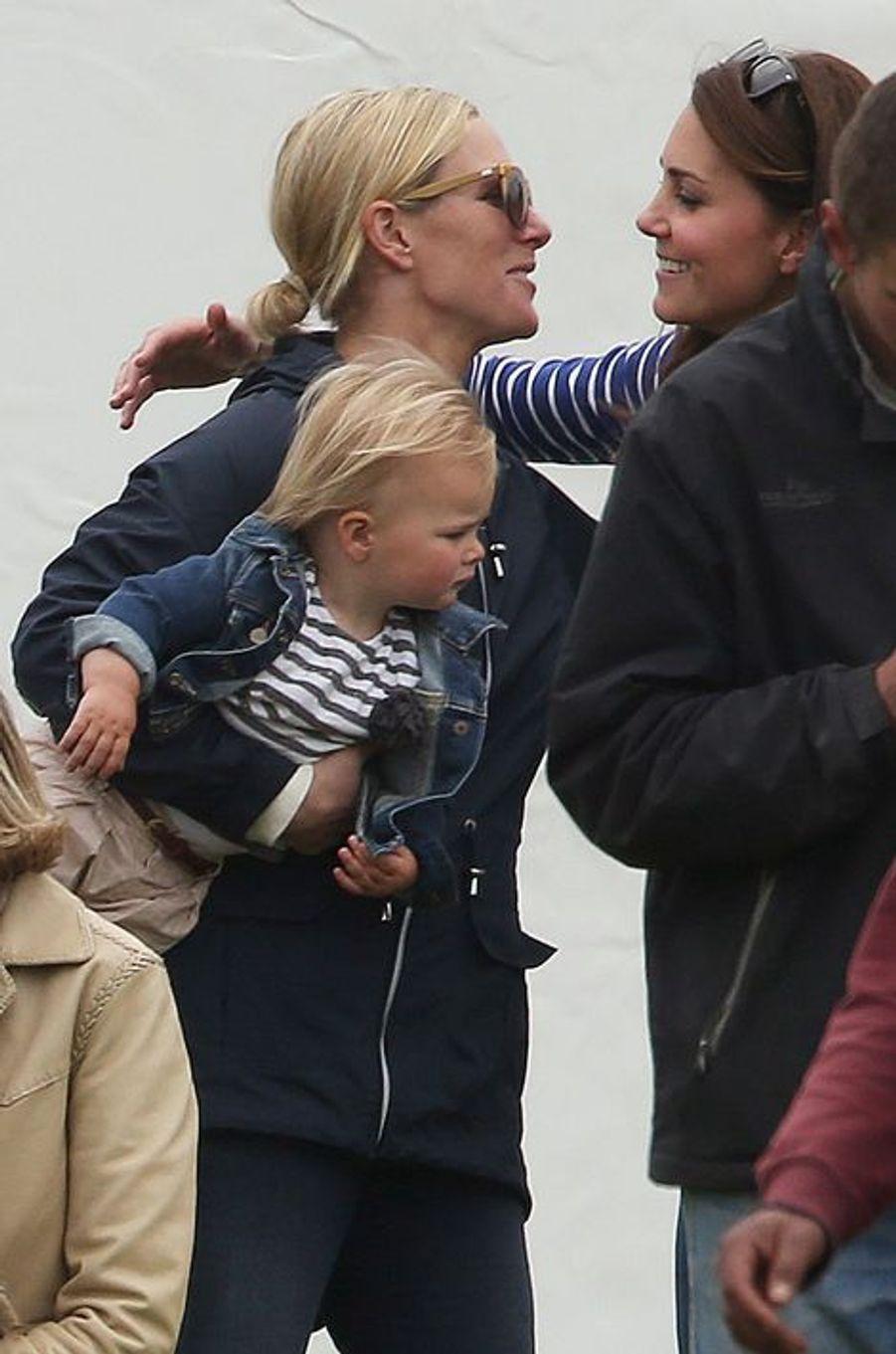 La duchesse Kate et Zara Phillips avec sa fille Mia à Tetbury, le 14 juin 2015