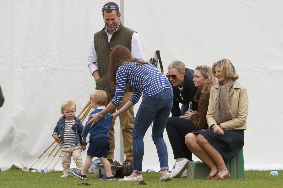 La duchesse Kate, Zara et Peter Phillips avec le prince George et Mia à Tetbury, le 14 juin 2015