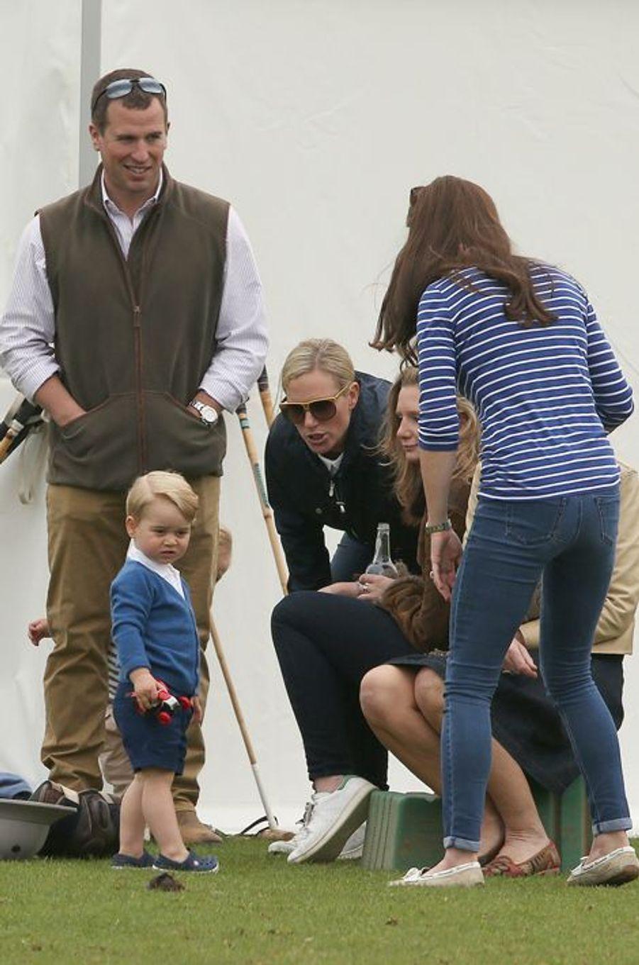 La duchesse Kate, Zara et Peter Phillips et le prince George à Tetbury, le 14 juin 2015