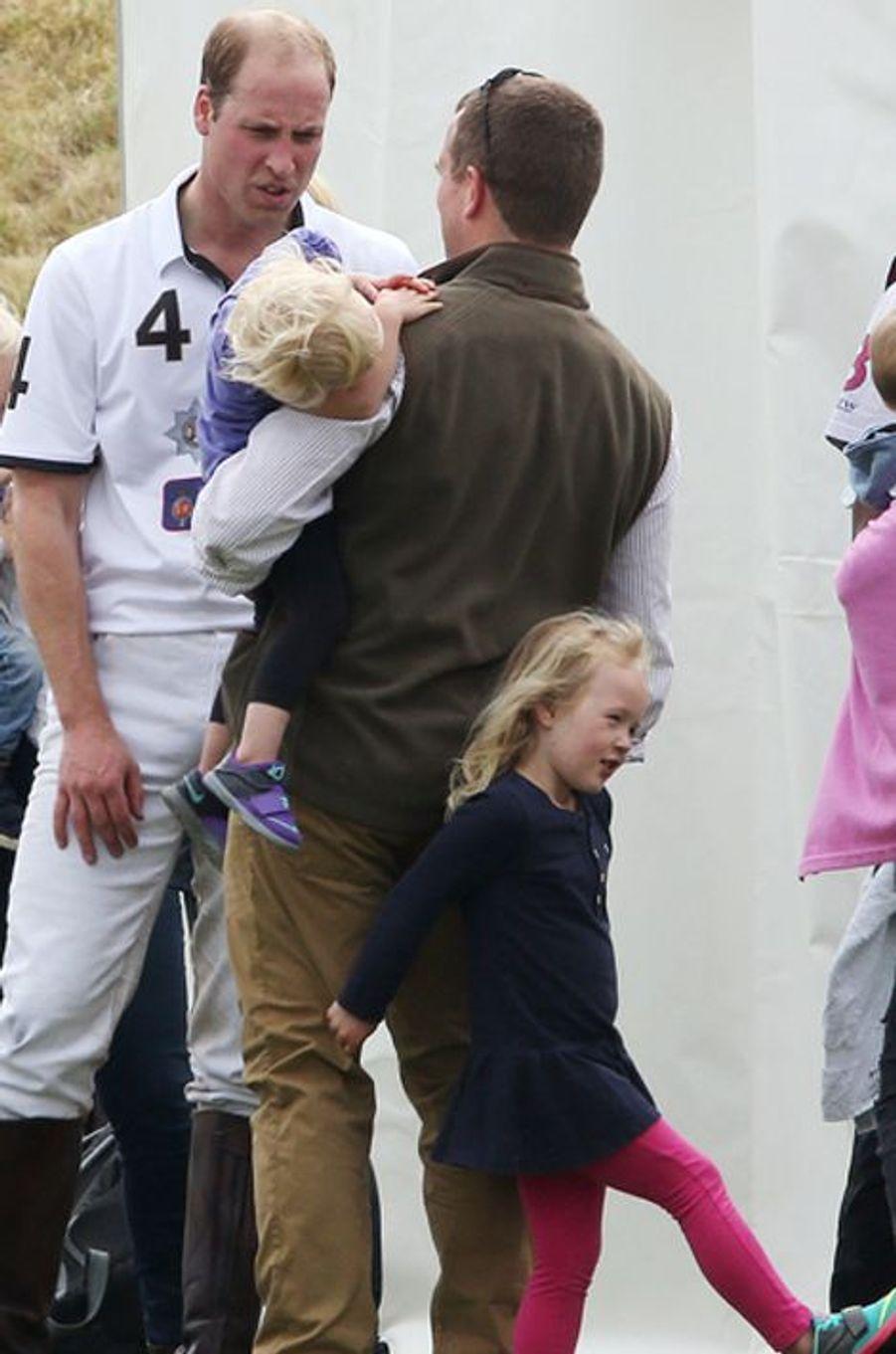 La prince William avec Peter Phillips et sa fille Isla à Tetbury, le 14 juin 2015