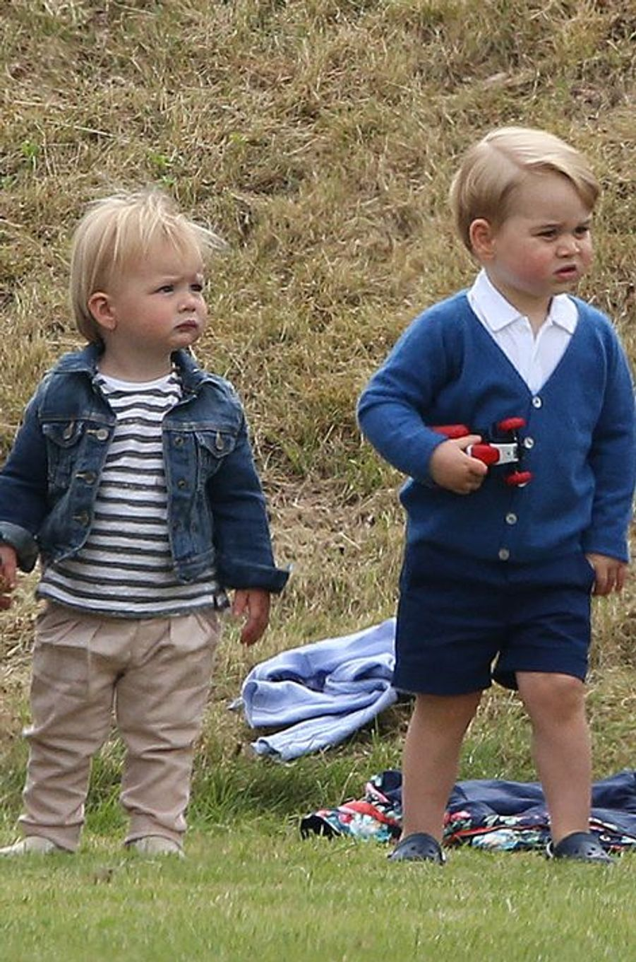 Le prince George avec Mia Tindall à Tetbury, le 14 juin 2015