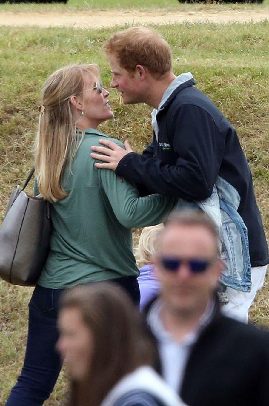 Le prince Harry et Autumn Phillips, la femme se son cousin à Tetbury, le 14 juin 2015