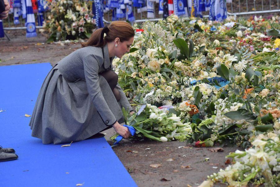 Kate Middleton et le prince William rendent hommage aux victimes du crash de Leicester,mercredi 28 novembre.