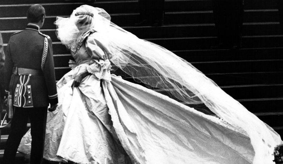 A quelques heures du mariage du prince William et de Kate Middleton, la robe de mariée de la jeune roturière aiguise la curiosité. Retour en images sur les plus belles robes de princesses et celles qui pourraient avoir inspiré la fiancée de l'héritier de la couronne britannique.