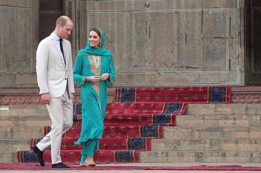 Kate Middleton et le prince William en visite à la mosquéeBadshahi à Lahore, au Pakistan, le 17 octobre 2019