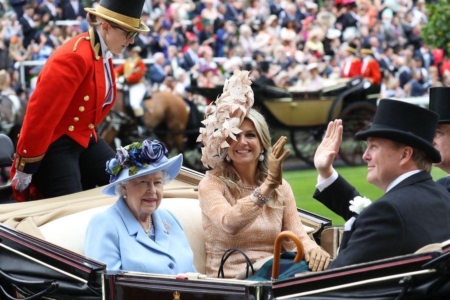 La reine Elizabeth II et la reine Maxima des Pays-Basau Royal Ascot dans le Berkshire le 18 juin 2019