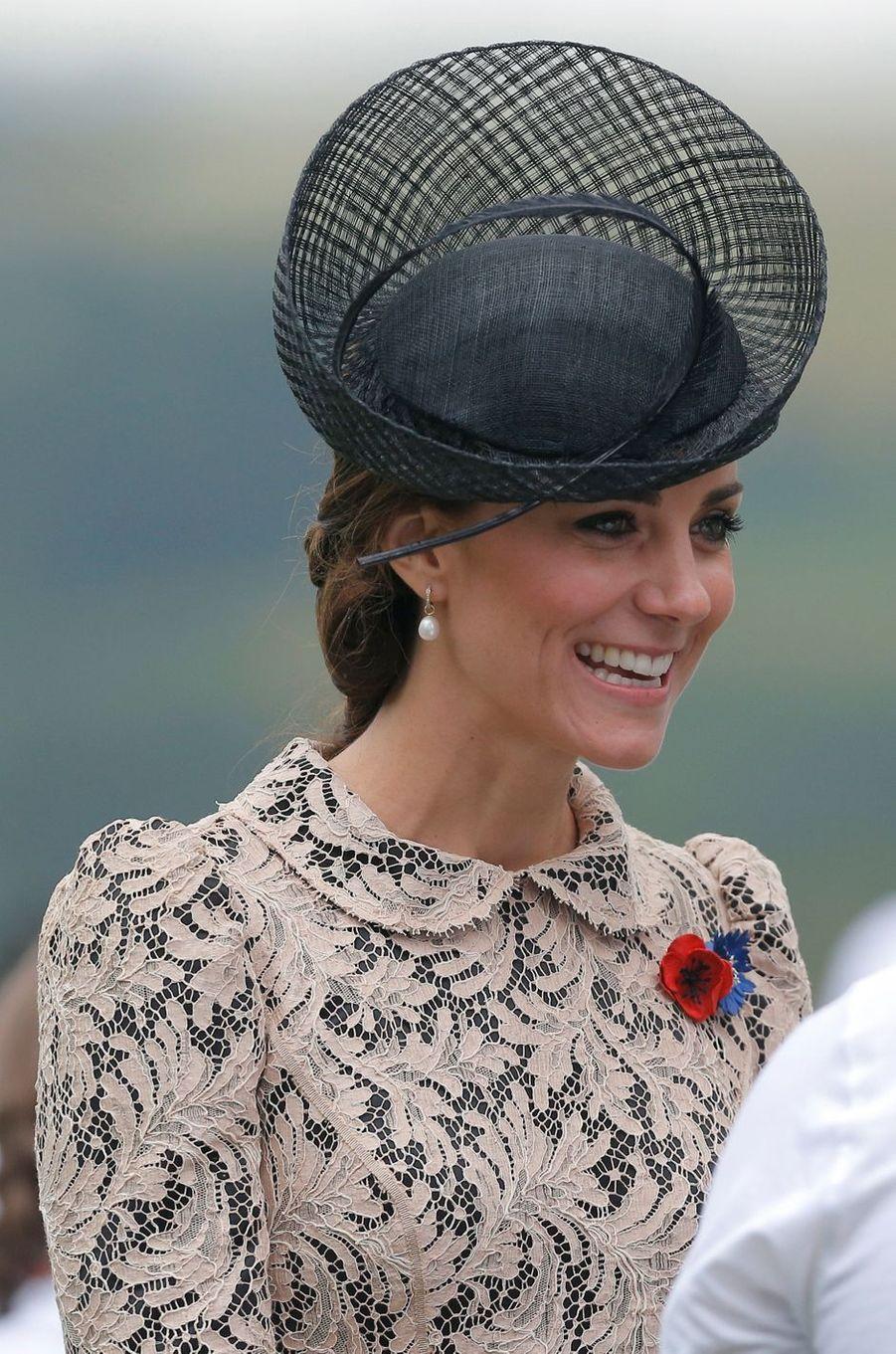 Le chapeau de la duchesse de Cambridge, née Kate Middleton, à Thiepval en Picardie le 1er juillet 2016