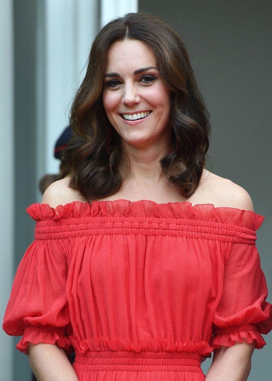Kate Middleton, Rouge Séduction Et Épaules Dénudées 10