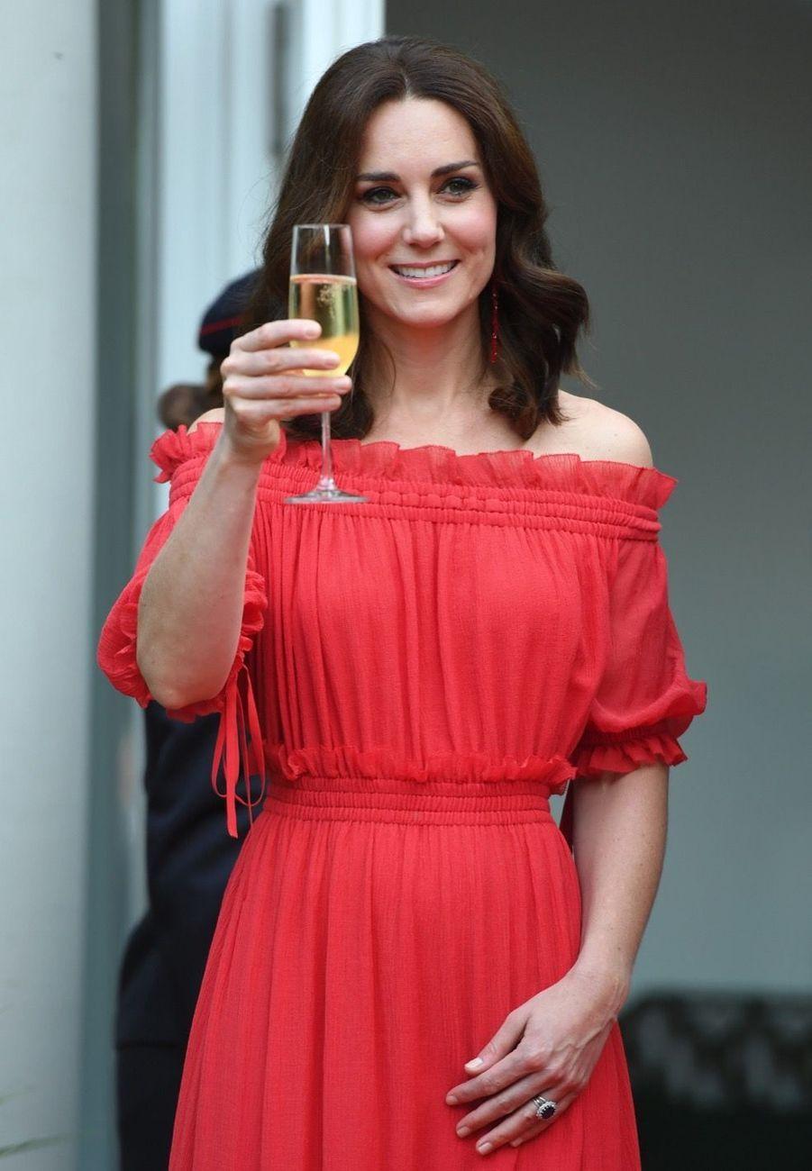 Kate Middleton, Rouge Séduction Et Épaules Dénudées 11