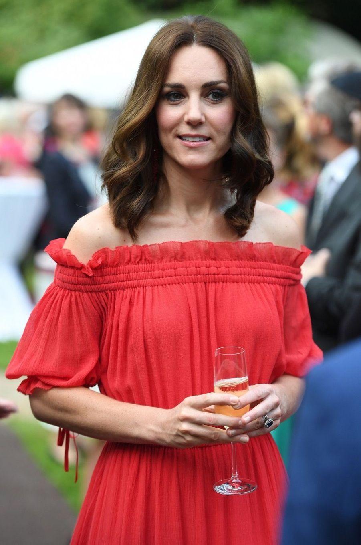 Kate Middleton, Rouge Séduction Et Épaules Dénudées 12
