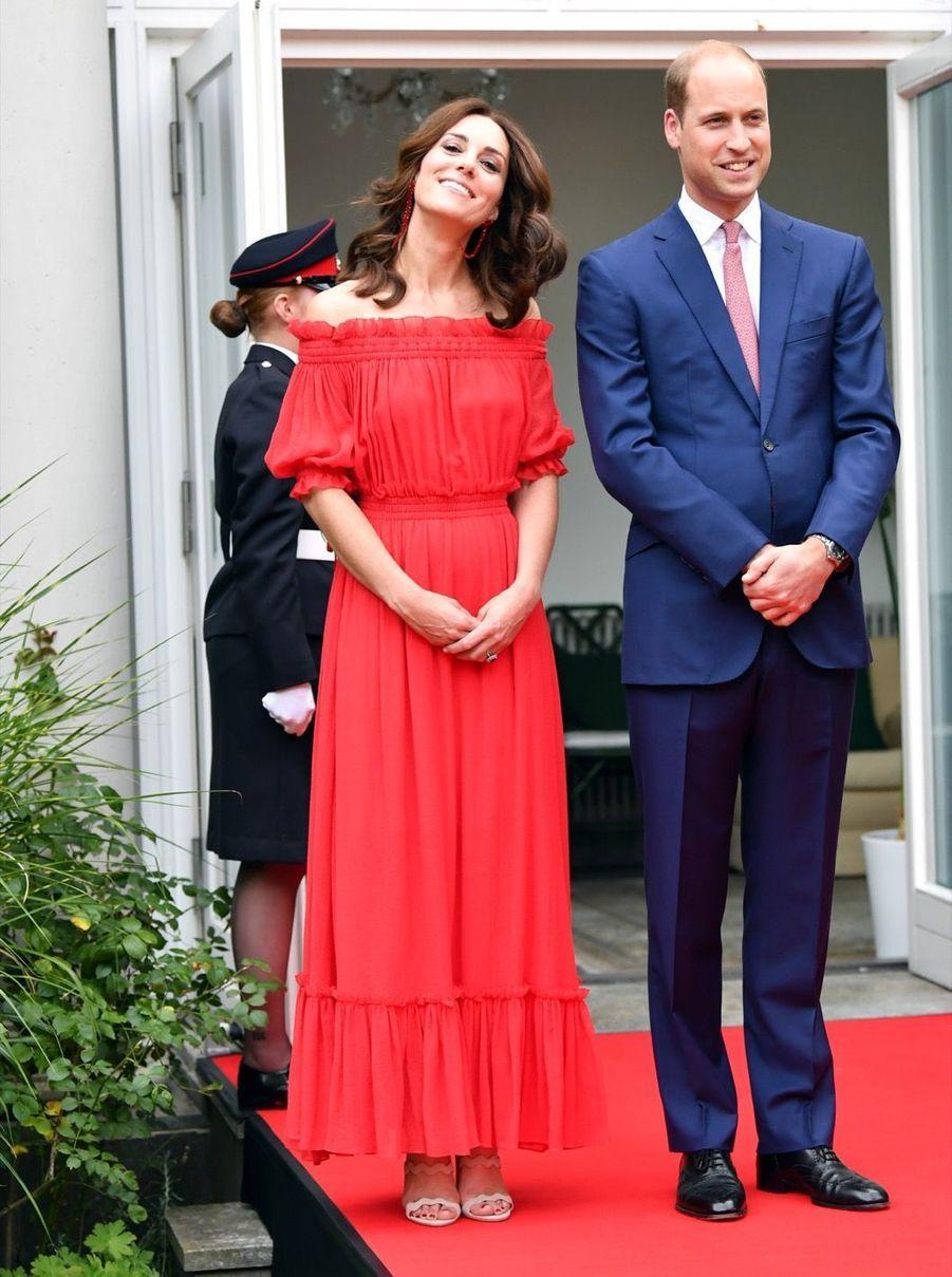 Kate Middleton, Rouge Séduction Et Épaules Dénudées 14