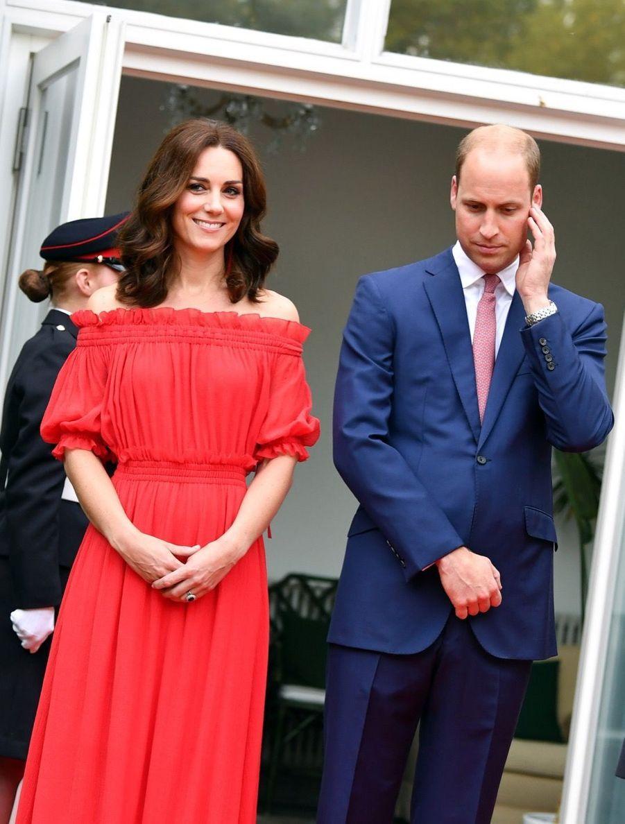Kate Middleton, Rouge Séduction Et Épaules Dénudées 16