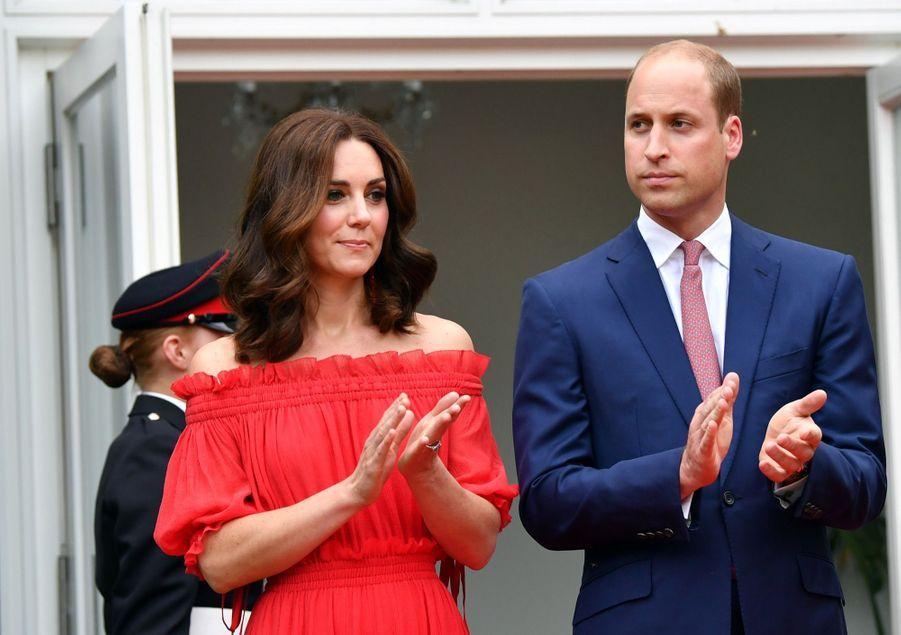 Kate Middleton, Rouge Séduction Et Épaules Dénudées 17