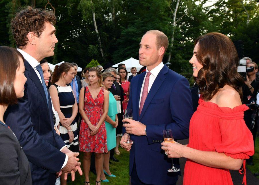 Kate Middleton, Rouge Séduction Et Épaules Dénudées 18